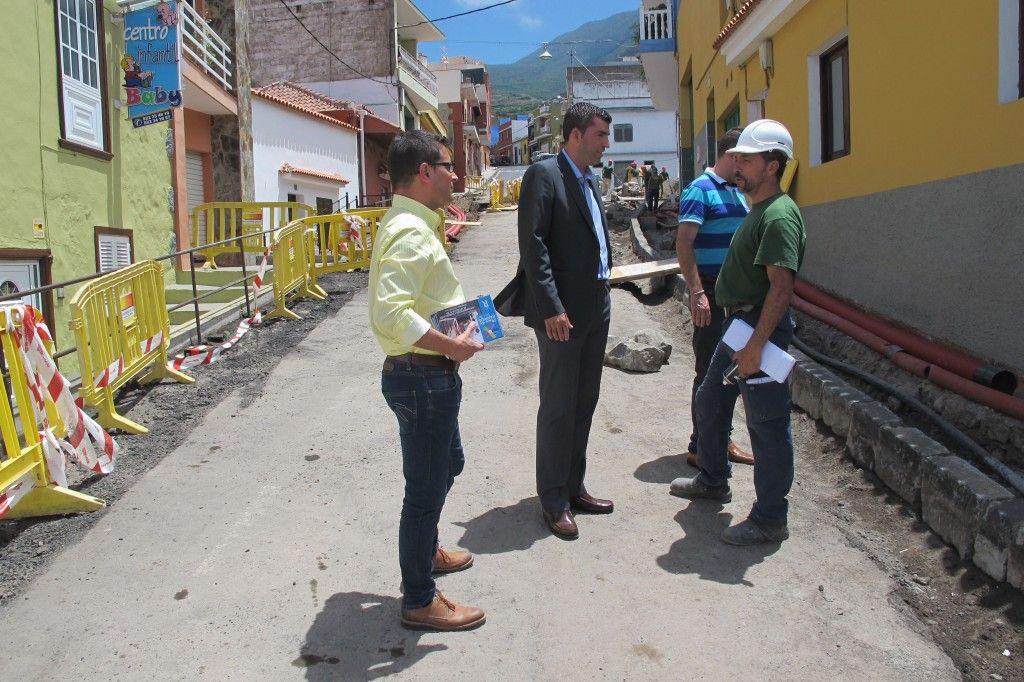 180714 Plan de Barrios calle El Sol alcalde y Adolfo visita 1