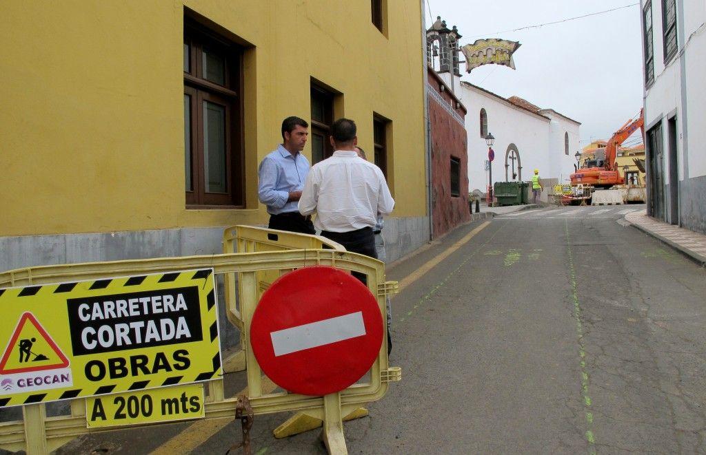 120814 Alcalde visita obra calle Real La Cruz Santa