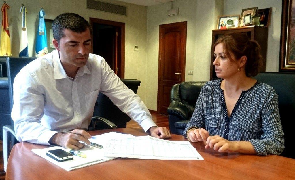 071014 Alcalde y Noelia reunion valoracion Cheque emprendedor y Tax free