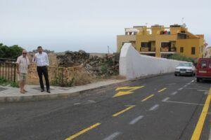 250814 Alcalde con vecino visita calle El Cantillo previa asfaltado Plan de Barrios