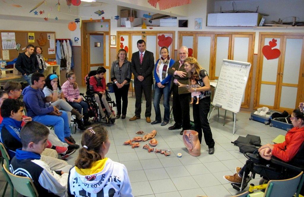 281113 Visita alcalde y Sandra a aula en clave IES Cruz Santa discapacidad y sexualidad