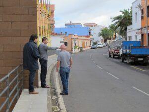 211114 Alcalde y concejales Juan Carlos y Manuel en carretera general Icod el Alto