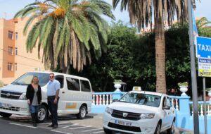 211114 Sandra con taxista uniformes en parada Plaza de Las Flores