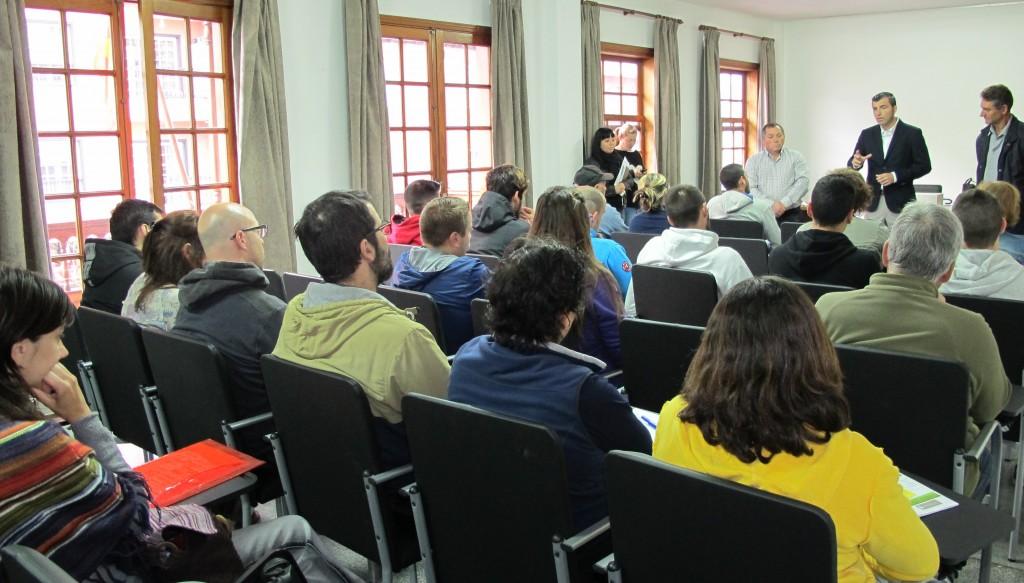 070415 Bienvenida curso agricultura para desempleados con alcalde y concejal Domingo