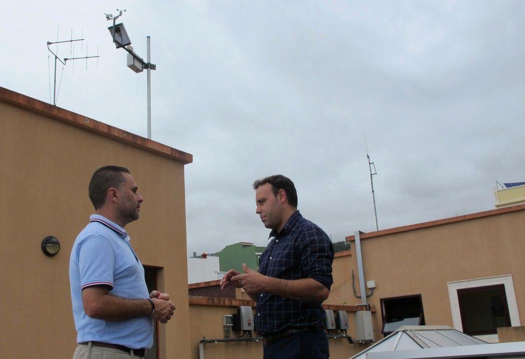 240815 Nueva estacion meteorologica Ayuntamiento concejales Benito y Alexis