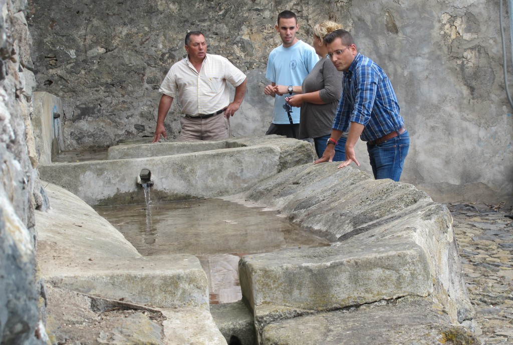 040915 Restauracion lavaderos de Tigaiga visita concejales Adolfo Isabel Domingo