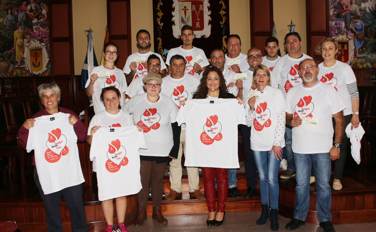050517 Entrega de entradas y camisetas a donantes de sangre