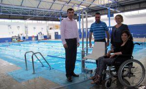 060814 Visita a Piscina Municipal alcalde Benito Sandra silla adaptada discapacitados